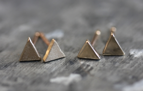 solid gold mini triangle studs (matt)