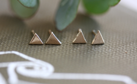 solid gold mini triangle studs (shiny)