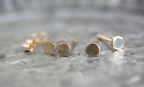 solid gold mini circle studs (shiny)